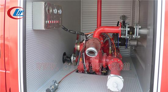 1、专用部分由液罐、泵室、器材箱、动力输出及传动系统、管路系统、电气系统等组成。 2、消防车采用双排整体式结构,视野开阔,乘员多,可乘坐6-8人;消防车可在行进中进行灭火,射程远,灭火战斗力强。 3、消防泵型号:CB10/20,流量:20L/S,压力:1.00Mpa。消防炮型号:PS20,射击程>40米。 4、车厢采用优质钢材、高强度铝合金型材、内外蒙皮均采用波纹铝板整体制造,罐体内设计多道防波板。 5、器材厢外骨架采用优质碳钢板材、内骨架采用高强度铝合金型材、采用内藏式搭接结构设计制作。内饰板采用花纹铝